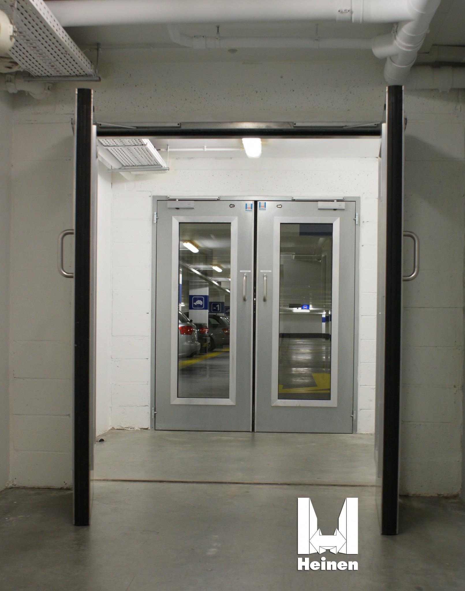 Installation de portes métalliques de type HEINEN métal+, pour entrée de cage d'escalier.